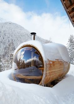 There is nothing better than a steamy sauna after a day on the slopes. However, not all saunas are created equal. Outdoor Sauna, Jacuzzi Outdoor, Saunas, Sauna Wellness, Spa Jacuzzi, Barrel Sauna, Sauna Design, Mini Spa, Garden Arbor
