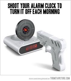 ピストルを持って命中させないと鳴り止まない目覚まし時計