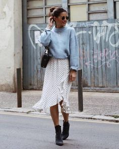 12 looks básicos e estilosos por María Valdés - Guita Moda. Suéter azul serenity, saia midi branca com estampa de bolinhas, poá, ankle boot preta **Sueter Cinza e Saia preta Mode Outfits, Casual Outfits, Fashion Outfits, Fashion Trends, Fashion Ideas, Casual Skirt Outfits, Party Outfits, Casual Boots, Fashion Games
