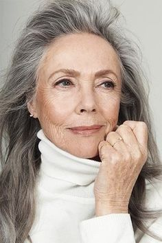 *not all aged woman look torn up and old, this shows a great sophistication of older woman Long Hair Older Women, Old Age Makeup, Medium Hair Styles, Long Hair Styles, Beautiful Old Woman, Elegant Woman, Long Gray Hair, Older Women Hairstyles, Curly Hairstyles