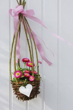Easter or spring basket for the front door May Day Baskets, Willow Weaving, Beltane, Easter Holidays, Flower Crafts, Easter Baskets, Happy Easter, Plant Hanger, Spring Time