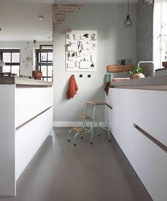 Binnenkijken bij marjoleinbouhuijzen Office Desk, Corner Desk, Inspireren, Table, Furniture, Home Decor, Corner Table, Desk Office, Desk
