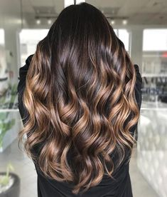 50 vibrant hair colors to emphasize your new hairstyle - All For Hair Color Trending Highlights For Dark Brown Hair, Brown Hair Balayage, Brown Blonde Hair, Balayage Brunette, Hair Highlights, Brunette Fall Hair Color, Dark Hair With Lowlights, Blonde Caramel Highlights, Ecaille Hair