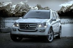 Mercedes Benz GL Class I will need this when driving the grandchildren around. Mercedes Benz Suv, Mercedes Benz Gl Class, My Dream Car, Dream Cars, World No 1 Car, Suv Cars, Classic Mercedes, Fancy Cars, Big Trucks