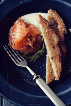 Gravlax - łosoś marynowany w soli, cukrze, skórce grejpfruta