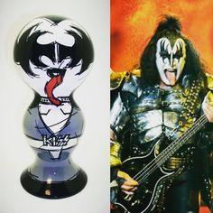 66 anos de Gene Simmons, vocalista e baixista da banda Kiss. Priscila Vannucchi & Marcos Wolff Objetos de Arte | site: www.pvmw.com | facebook: facebook.com/lojapvmw | instagram:...