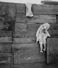 Dora Maar, Marionette accrochée à une palissade, 1934