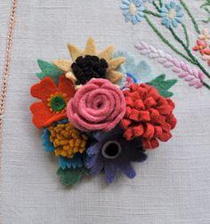 Style Fabulous Felt Posy Brooch Rosy by HenHouseHomemade Fabric Brooch, Felt Brooch, Felt Fabric, Retro Crafts, Vintage Crafts, Making Fabric Flowers, Felt Flowers, Fuzzy Felt, Wool Felt