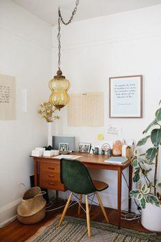 16 idées pour un bureau design et organisé à la maison : un bureau en bois chiné pour une pièce avec du caractère. Inspiration déco pour un petit bureau