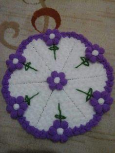 This Pin was discovered by azi Crochet Art, Crochet Motif, Crochet Doilies, Crochet Stitches Patterns, Stitch Patterns, Craft Stick Crafts, Diy And Crafts, Mantel Redondo, Crochet Table Mat