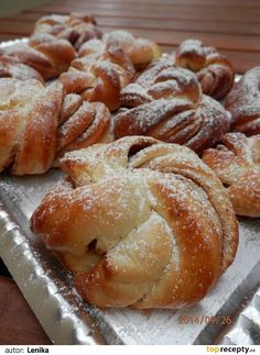 Suroviny dáme do pekárny (nejdříve tekuté, pak tuhé) a použijeme program Těsto.  Vykynuté těsto propracujeme, rozdělíme na díly (měla jsem jich... Yeast Bread Recipes, Baking Recipes, Albanian Recipes, Bread Shaping, Czech Recipes, Sweet Pastries, Dessert Bread, Great Desserts, Sweet Cakes