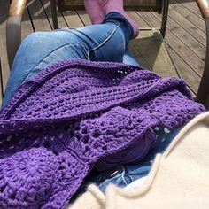 Idag kan jag virka ute i solen  #lycka #crochetinginthesun #crochetaddict #craftastherapy #virka#virkaisolen #aardvarkcrochet #crochet #crochetersofinstagram by jennymj73