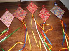 Balões feitos em tecido chita estampado com motivos juninos, estruturados com papelão e customizados com fitas de cetim.    Obs: A padronagem dos tecidos das fotos só poderá ser a mesma se houver disponibilidade do mesmo!    Ideal para decoração de festa junina! Diy And Crafts, Crafts For Kids, Arts And Crafts, Paper Crafts, Summer Art Projects, Projects To Try, Paper Mobile, Hair Decorations, Nature Crafts