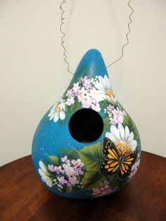 What a beautiful painted gourd! Decorative Gourds, Hand Painted Gourds, Adult Crafts, Diy And Crafts, Arts And Crafts, Gourds Birdhouse, Birdhouses, Art Projects, Projects To Try
