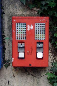 Kaugummiautomaten wie diese waren überall aufgehängt. Kostete einen Groschen/10 Pfennig. Mit einer guten Drehtechnik bekam man manchmal 6 Stk. raus, statt 2-3. Später konnte man auch Ringe und irgendwelche Überraschungen rausziehen.