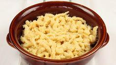 Ricetta Spaetzle:  Miscelate insieme la farina ed il sale. Sbattete leggermente le uova con il latte e incorporate questo composto nella farina. Amalgamate gli ingredienti fino ad ottenere una pastella liscia. Fate passare la pastella appena realizzata...