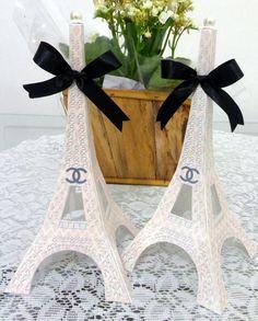 Torre Eiffel feita em papel metálico, tamanho grande, com pérola no topo e laço. <br>Para ser usadas em aniversário Paris ou chá de bebê Channel (Bebê ostentação). Personalizamos em qualquer cor ou estampa para o tema que quiser. <br>Florais, poás, listras, vintages, etc.