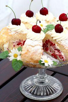 Midsommarbakelser med jordgubbar & körsbär (summer cake with strawberry whipped cream filling and cherry on top!)