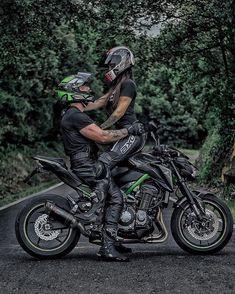 T-shirt moto : Les Meilleurs Tee Shirts Biker Couple, Motorcycle Couple, Motorcycle Clubs, King And Queen Sweatshirts, Motos Retro, Yamaha Motorbikes, Bike Photoshoot, Download Comics, Country Couples