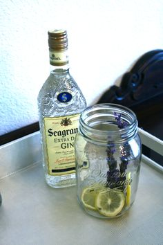Lemon Lavender infused Gin Homemade Wine Recipes, Homemade Liquor, Vodka Recipes, Homemade Gifts, Flavoured Gin, Infused Vodka, Party Like Gatsby, Food Gifts, Home Brewing