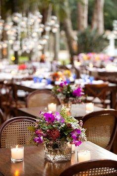 Arranjo de flores e velas em um dia de festa. Flores e decoração: Bothanica Paulista Event Management, Weeding, Table Decorations, Camila, Flowers, Junior Graduation Dresses, Wedding Decoration, Flower Arrangements, Candles