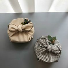 Creative Gifts For Girlfriend, Diy Gifts For Friends, Japanese Gift Wrapping, Creative Gift Wrapping, Gift Wrapping Clothes, Engagement Gift Baskets, Gift Wrapping Techniques, Furoshiki Wrapping, Gift Box Design