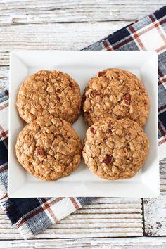 Gluten free vegan maple pecan oatmeal cookies рецепт sarah b Cookies Sans Gluten, Dessert Sans Gluten, Gluten Free Cookie Recipes, Gluten Free Baking, Gluten Free Desserts, Dessert Recipes, Free Recipes, Vegan Recipes, Vegan Oatmeal Cookies