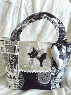 Cute idea for cross stitch projects Patchwork Bags, Quilted Bag, My Bags, Purses And Bags, Diy Sac, Japanese Quilts, Cat Bag, Cat Quilt, Fabric Purses