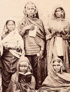 Kaur Life strives to share as many vintage photos of Sikh women with the community. This way, when think about Sikh history, we no longer have blank minds, but rather a rich bank of images to recall. Antique Photos, Vintage Pictures, Vintage Images, Old Photos, Vintage India, Historical Women, Historical Photos, Punjabi Culture, Mystery Of History