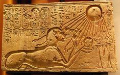 Эхнатон в образе Сфинкса. Новое Царство. Солнечный диск, Атон, считался небесной, природной «иконой» самого царя. Поэтому меняется и само изображение Атона. Прежний образ человека с головой сокола, увенчанной солнечным кругом, заменился новым — круг с солнечной или царской змеёй (уреем) спереди и множеством устремлённых вниз лучей с кистями человеческих рук на концах.