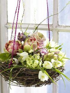 Fensterdeko zu Ostern selber machen: Blumennest Ein Osternest mit Frühlingsblumen als Fensterdeko . Die Idee ist nicht nur au