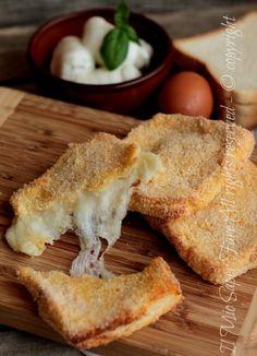 Mozzarella in carrozza al forno leggera da preferire alla solita mozzarella in carrozza fritta! Un guscio croccante e dorato con un cuore caldo e filante