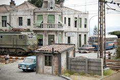 TrainScape: Paso a nivel de Peñuelas 11º Diorama, Miniature, Street View, Mansions, House Styles, Railroad Photography, Trains, Fotografia, Model Train