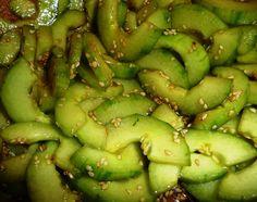 Encore une salade idéale pour les chaudes soirées d'été. Vous n'aimez pas le concombre? Essayez-le en salade à la japonaise, c'est magique et dépaysant. Graines et huile de sésame, vinaigre de riz, sauce soja.... Vous trouverez tous les produits nécessaires...