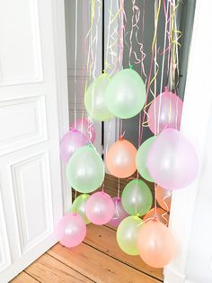 Der Kleinkinder-Party-Klassiker einen Türrahmen voller Luftballons gab es bei… Pajama Party, Birthday Kids, Birthday Bash, Unicorn Birthday, Birthday Parties, Balloon Door, Hanging Balloons, Black Balloons, 1st Birthdays