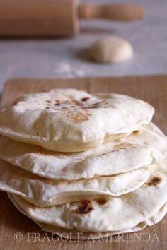 Chapati: il pane indiano con le bolle, da cuocere in padella. Perfetto per una gara tra amici: vince chi fa la bolla più grande... (una ricetta da FRAGOLE A MERENDA) Chapati, Cooking Bread, Cooking Recipes, Indian Food Recipes, Italian Recipes, Cena Light, Pan Rapido, Focaccia Pizza, Happy Kitchen
