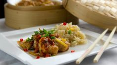 Przepis Video na pysznego kurczaka gotowanego na parze podanego wraz z sosem curry i ryżem. Szybkie i bardzo smaczne danie