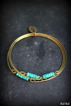 Bracelet réalisé à partir de trois joncs de laiton et de pierres d'howlite turquoise.Diamètre: 7 cm env.