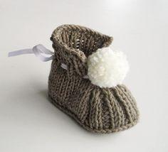 chaussons de bébé tricotés à la main avec pompon : Mode Bébé par feetricoteuse