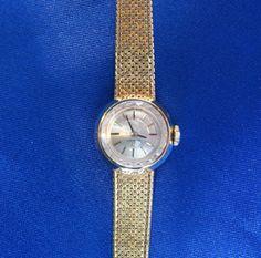 Montre Omega. En or 14k, cadran biseauté couleur crème avec bâtonnets pour les heures et bracelet à mailles Watches, Leather, Accessories, Omega Watch, The Hours, Color, Wrist Watches, Tag Watches, Watch