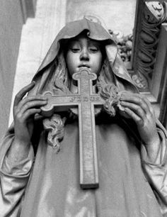 The Monumental Cemetery of Staglieno, Genoa, Province of Genoa, Liguria region Italy. Very Life Like to me & Beautiful. Cemetery Angels, Cemetery Statues, Cemetery Headstones, Old Cemeteries, Cemetery Art, Angel Statues, Graveyards, Angel Sculpture, Sculpture Art