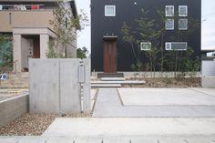 洗い出しのアプローチが周囲のコンクリートよりわずかに色合いが変わりインパクトを与えます。