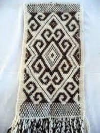 Resultado de imagen para artesania mapuche tejidos Inkle Weaving, Inkle Loom, Tablet Weaving, Weaving Projects, Craft Projects, Finger Weaving, Rugs And Mats, Textiles, Crochet Motif