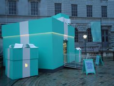 The Tiffany Tuck Shop by Tiffany & Co. appeared outside a skating rink in London and provided Tiffany branded cupcakes and hot drinks. The result is a humanizing of a large company without the scary security of pop-up shop diamonds! #popup #retail tuck shop, popup shop, tiffani pop, pop up stores