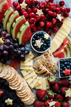This Red, White, And Blue Festive Fruit And Cheese Platter Is Perfect For Memorial Day, Of July, Or Labor Day. Via Muybueno Charcuterie And Cheese Board, Charcuterie Platter, Cheese Boards, Cheese Board Display, Charcuterie Ideas, Party Food Platters, Cheese Platters, Veggie Platters, Veggie Tray