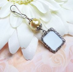 Vintage Style Bouquet Charm Pearl Photo Charm by SmilingBlueDog wedding bouquet Vintage style bridal bouquet photo charm. Memorial photo charm for wedding bouquet with gold pearl. Small Picture Frames, Wedding People, Bouquet Charms, Photo Charms, Wedding Keepsakes, Touch Of Gold, Bridal Shower Gifts, Vintage Fashion, Vintage Style