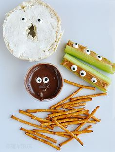 Healthy Halloween snacks for kids. The trick to getting kids to eat healthier options is to just make it FUN! That's what Halloween is all about, right? Halloween Snacks For Kids, Healthy Halloween Treats, Halloween Food For Party, Holidays Halloween, Halloween Ideas, Spooky Halloween, Halloween Sandwich, Halloween Entertaining, Halloween Eyeballs