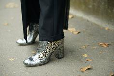 Stivaletti alla caviglia in pelle metallizzata e decori gioiello di Gedebe Laura Comolli Streetstyle Paris Fashion Week settembre 2016 - Gonna pantalone: come indossarla