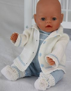 Knitting instructions are very simple in light blue and white .-Strickanleitung ist sehr einfach in hellblau und weiß gestrickt Knitting instructions are very easily knitted in light blue and white - Knitting Dolls Clothes, Knitted Dolls, Doll Clothes Patterns, Clothing Patterns, Doll Patterns, Knitted Baby, Baby Knitting Patterns, Baby Patterns, Baby Born Clothes