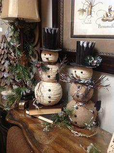 Snowmen with burlap - Salvabrani Burlap Christmas, Christmas Snowman, Diy Christmas Gifts, Christmas Projects, Winter Christmas, Vintage Christmas, Christmas Ornaments, Traditional Christmas Tree, Theme Noel